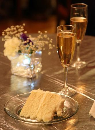 Magnolia House Inn: Sparkling Cider and Cake