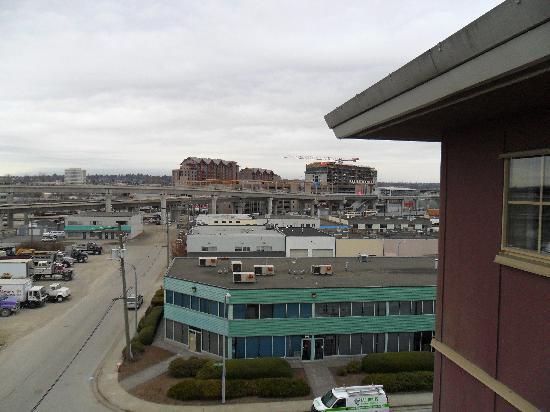 Days Inn - Vancouver Airport: Blick aus dem obersten Stock, Richtung Skytrain