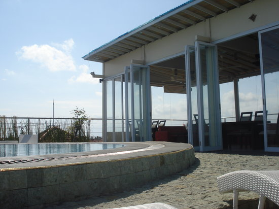 AP Inn Hotel: Roof top pool at AP Apartments. Pool party here on Saturdays
