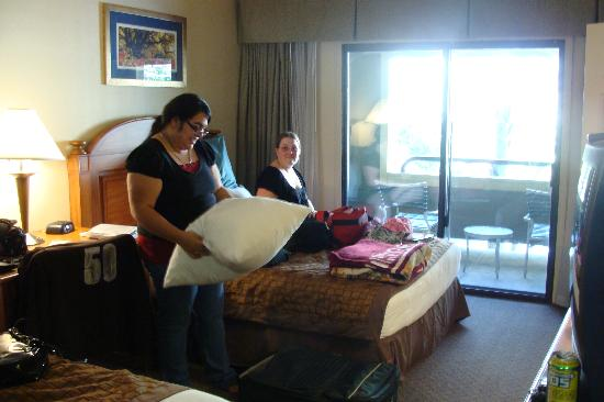 Hawthorn Suites Atlanta Northwest: Friends in room :)