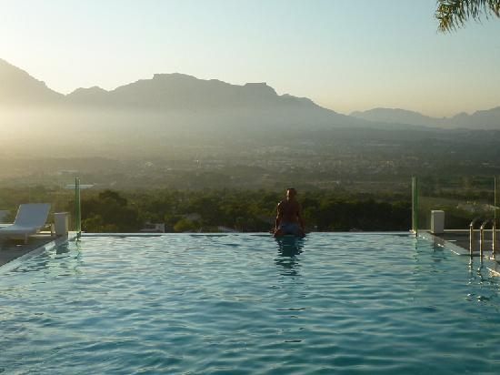 SHA Wellness Clinic: piscina infinity con vistas