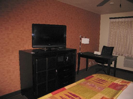 Granzella's Inn: TV/Desk