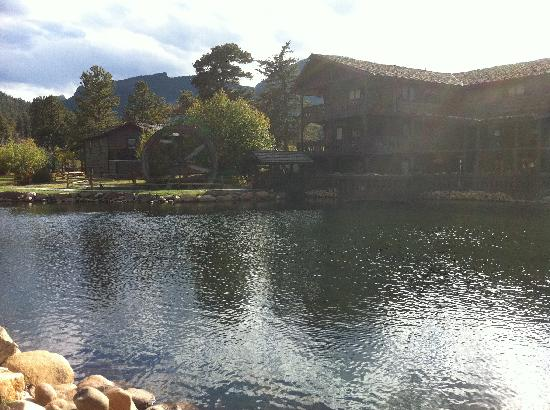Trout Haven Ranch Lodge: Fishing pond and Lodge