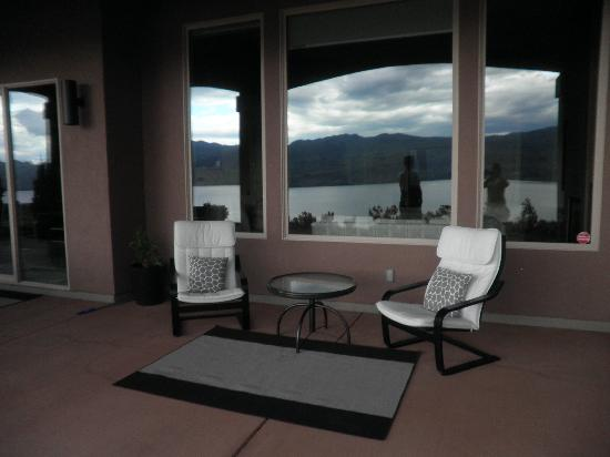 A Vineyard View Bed and Breakfast: comfy outdoor seating to enjoy some local wine overlooking that amazing view!