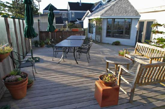 Solglimt Lakeshore B&B : Beautiful deck area for breakfast in nice weather.