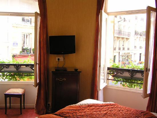Ambassade Hotel: Nice and bright with a comfortable bed