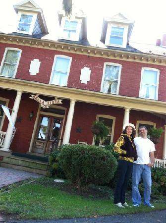 Bella Vista B&B: Vicki with owner Aaron