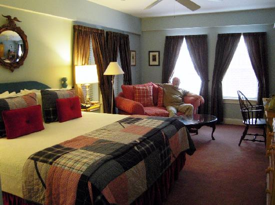 Kendall Hotel : Room 202: desk, TV/bureau, micro/refr, closet out of view on right hand side.