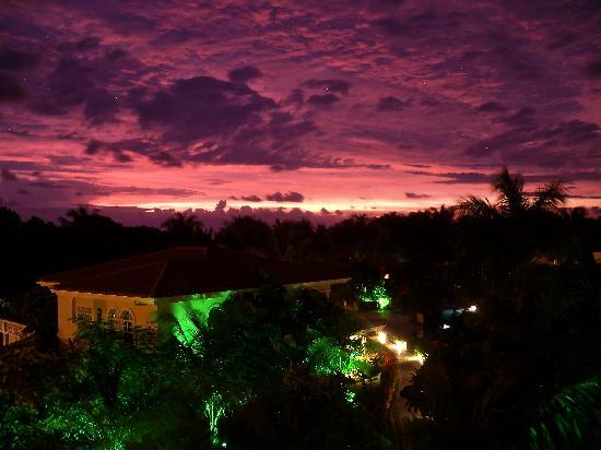 Mayan Princess Beach & Dive Resort: Night view