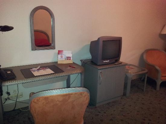Original Sokos Hotel Seurahuone: Desk and TV