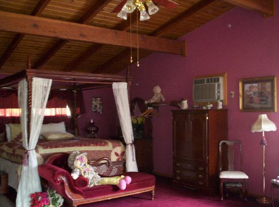 Falling Waters River Resort: Victorian Cabin Bed