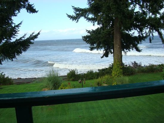 Belle Vue Bed and Breakfast: September waves from our balcony!