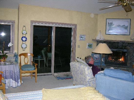 Highland Inn of San Juan Island: It's a suite with a cozy living room.