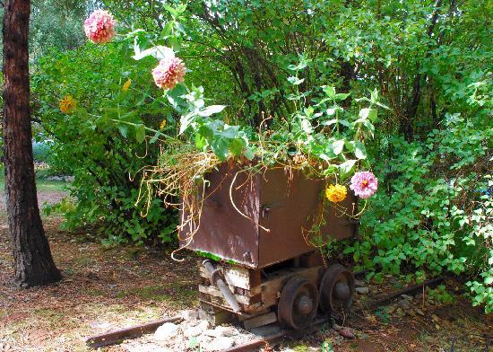 Ranchito Motel: An old mining cart planter