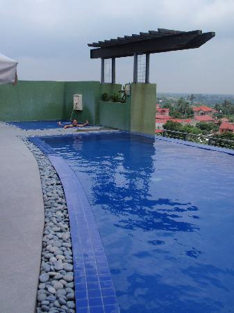 One Tagaytay Place Hotel Suites: The pool by day
