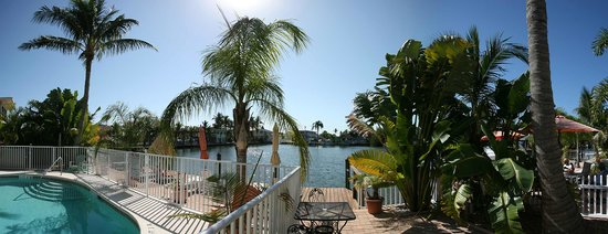 Manatee Bay Inn: Pool/ Lagoon Area
