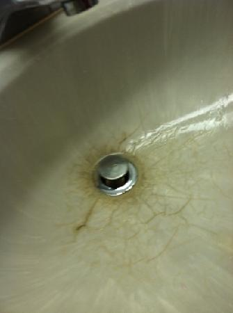 Quality Inn: Our sink, pretty gross, huh?