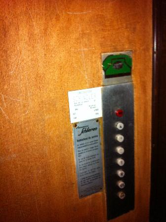 Hotel Windsor: Lift that resembles a wooden crate