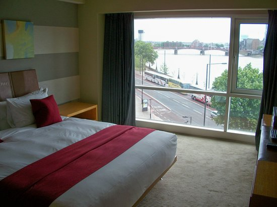 Plaza on the River - Club and Residence : Bedroom Showing Thames View