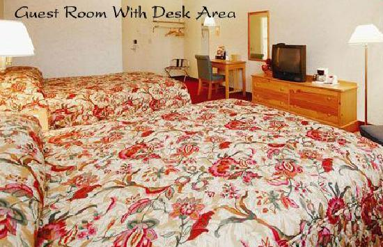 Econo Lodge Near Stewart International Airport: Guest room with desk Area