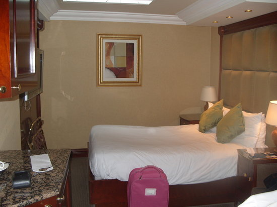 Executive Rooms London Kensington: Rather small rooms but beautifully furnished.