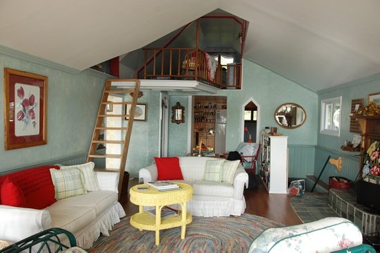 Loon Hollow Cottages: Cozy living room