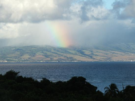 Molokai Hilltop Cottage & West End Studio: rainbow on Maui from the lanai