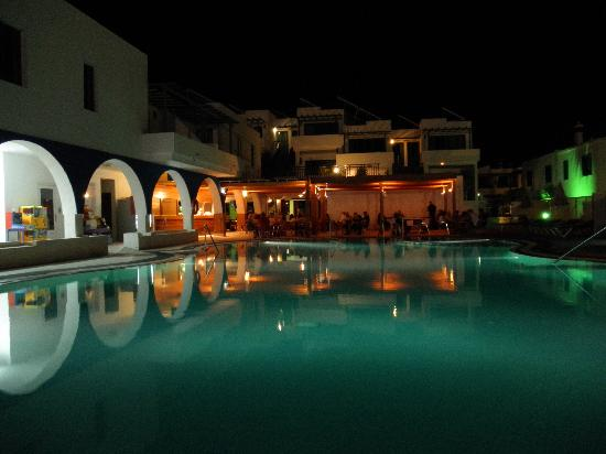 Aparthotel Blue Sea Los Fiscos: The pool area at  night