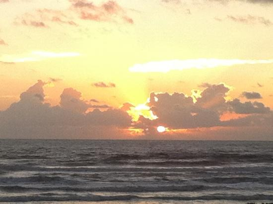 Hilton Garden Inn South Padre Island: Sunrise from our balcony