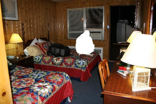 Town and Beach Motel: Room