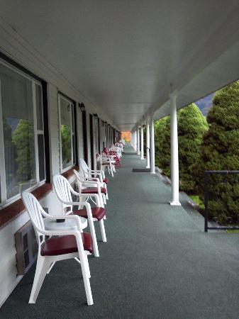 Hanging Lake Inn: Have a Seat on the porch!