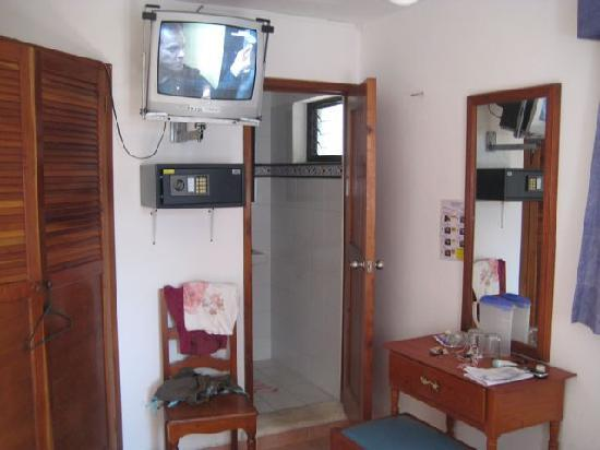 Hotel Marcianito: Cable TV and a safe box below it (mine didn't work but I didn't really care).