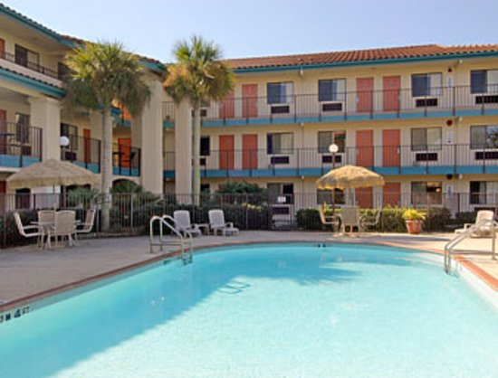 Howard Johnson Inn and Suites Jacksonville: Pool and Courtyard