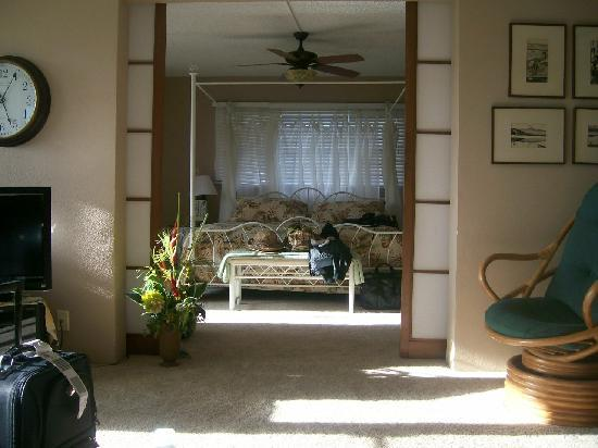 Kamaole Beach Royale Resort: march 2010 - master bedroom from living room