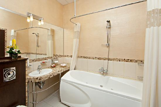 Nevsky Forum Hotel: Bathroom Suite