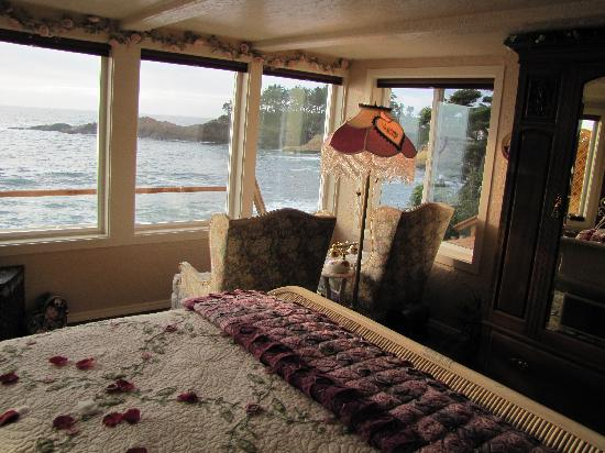 An Ocean Paradise Whales Rendezvous B&amp;B: You can watch for whales or just sit and listen to the thunderous ocean waves right from your be