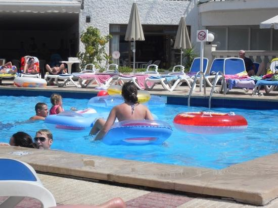 Busy pool picture of hi condes de alcudia hotel port d - Least crowded swimming pool singapore ...