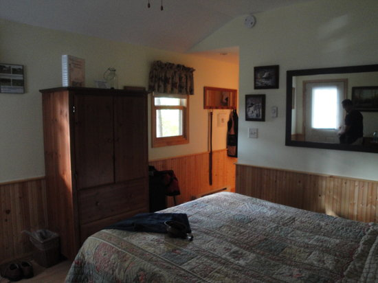 Cabins at Hobson Farm: Another view of bed and a table to sit at