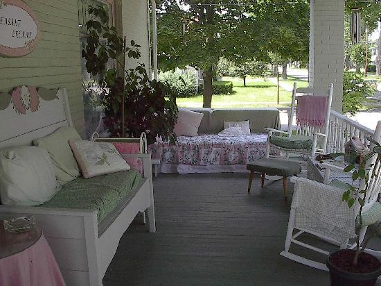 Pleasant Dreams B&amp;B: Front porch