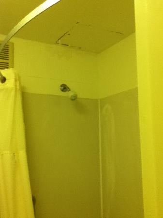 Quality Inn Brookfield: Bathroom