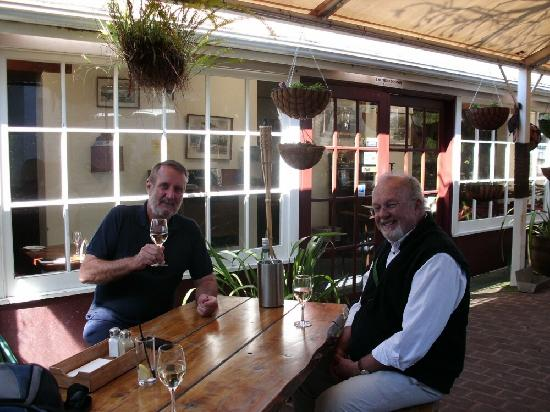 Shipwright's Arms Hotel: Friends enjoying the ambience of the beer garden.