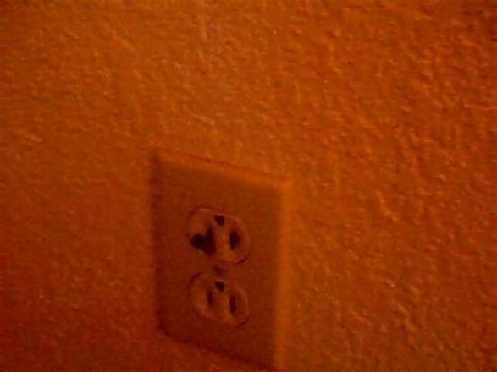 Days Inn Grand Strand: burned eletric socket