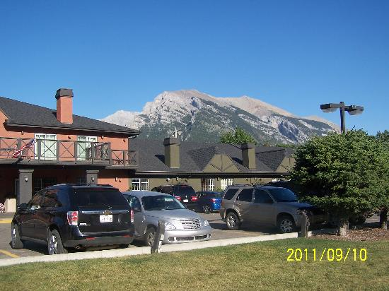 Econo Lodge Canmore: early morning