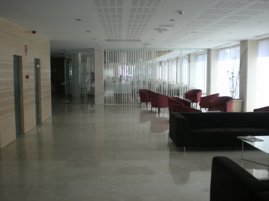 Daniya Alicante: lobby towards bar