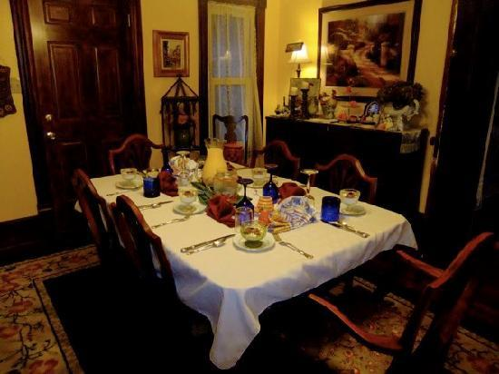 Applesauce Inn Bed & Breakfast: The table set for breakfast