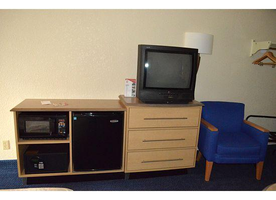 Red Roof Inn Asheville West : Lots of cable channels, a mini fride, and  microwave