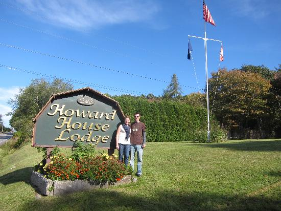 Howard House Lodge B&B : Tim and I by the sign.