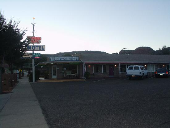 Treasure Trail Motel: The exterior
