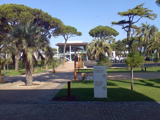 Onyria Marinha Edition Hotel & Thalasso: Picture from front door of the hotel