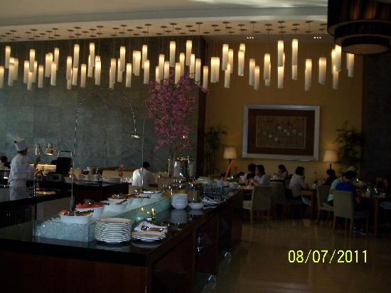 Hilton Bandung: Breakfast resto. Nice decor lamps!